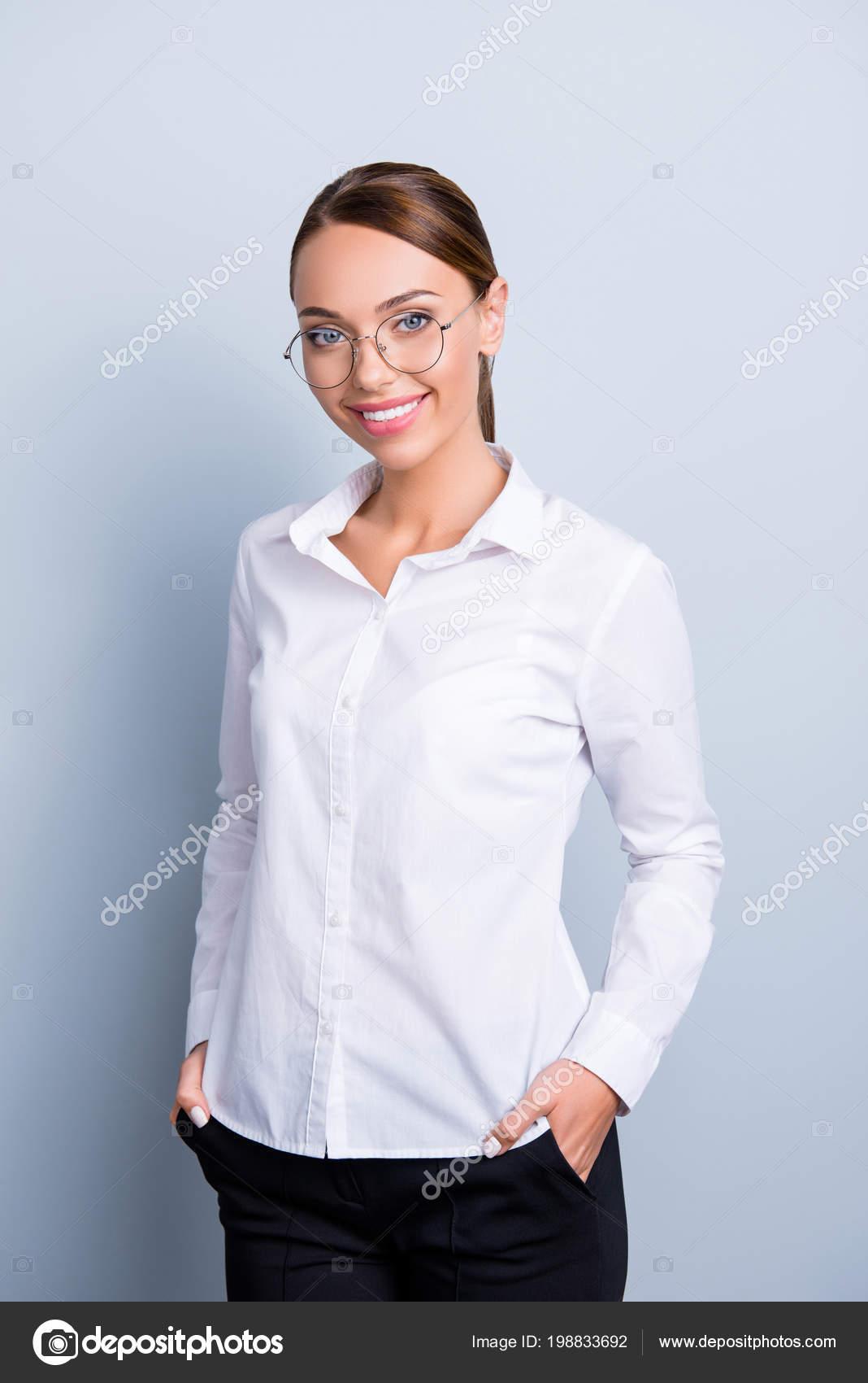 8813777a9961ac ... camicia bianca classica che tiene due mani nelle tasche dei pantaloni  neri che guarda l'obbiettivo isolato su priorità bassa grigia– immagine  stock