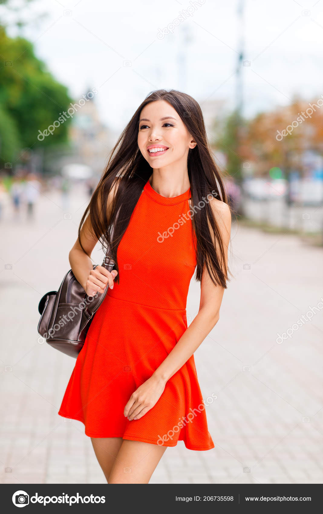 f703ef942 Retrato Vertical Mujer Asiática Joven Fascinante Mini Vestido Rojo ...