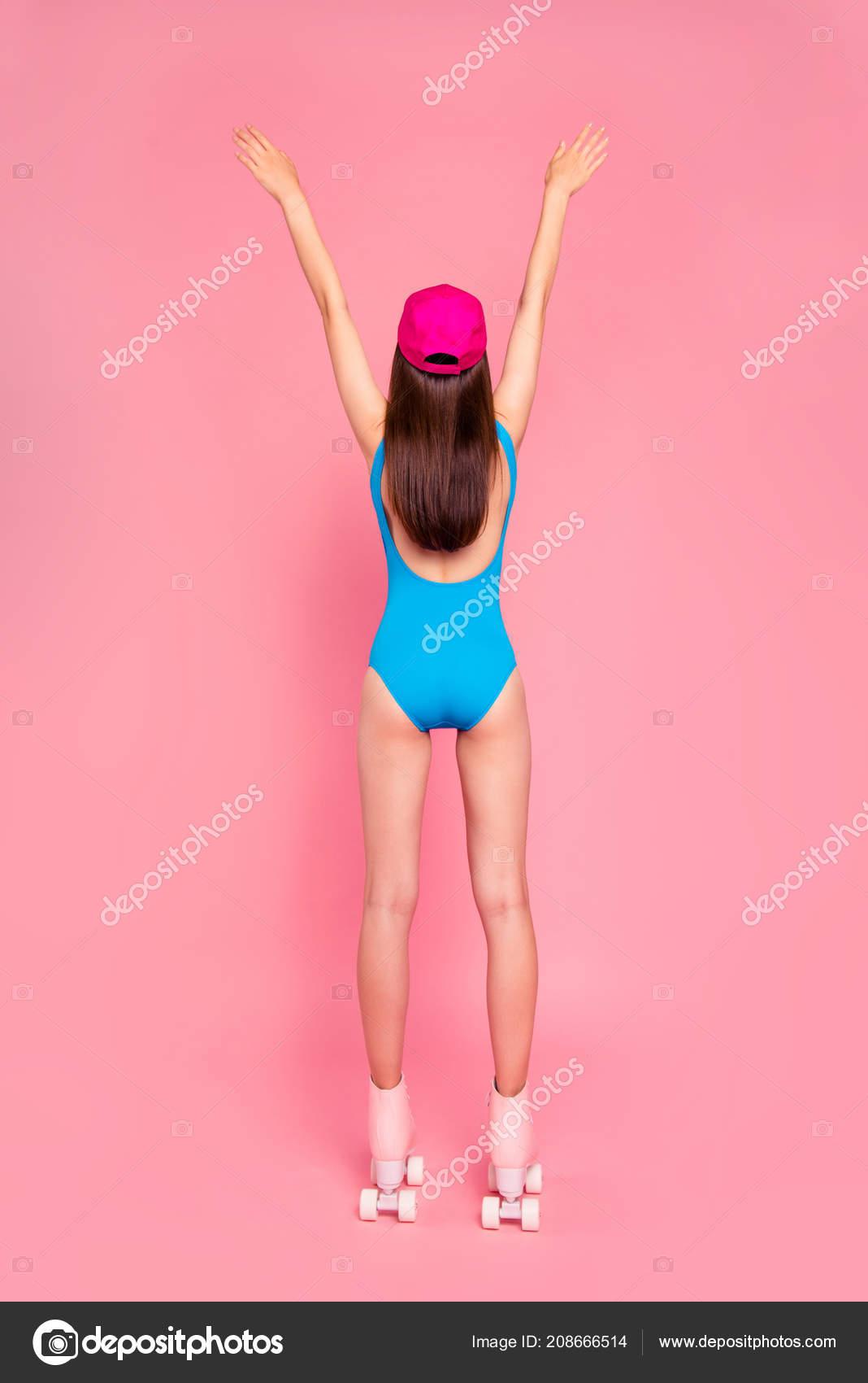 Πλήρους μεγέθους πίσω πίσω από την προβολή κάθετη φωτογραφία νεαρού  κοριτσιού γιορτάζει την έναρξη της περιόδου πίστα με τα χέρια του επάνω  απομονωμένες σε ... 697da40d269