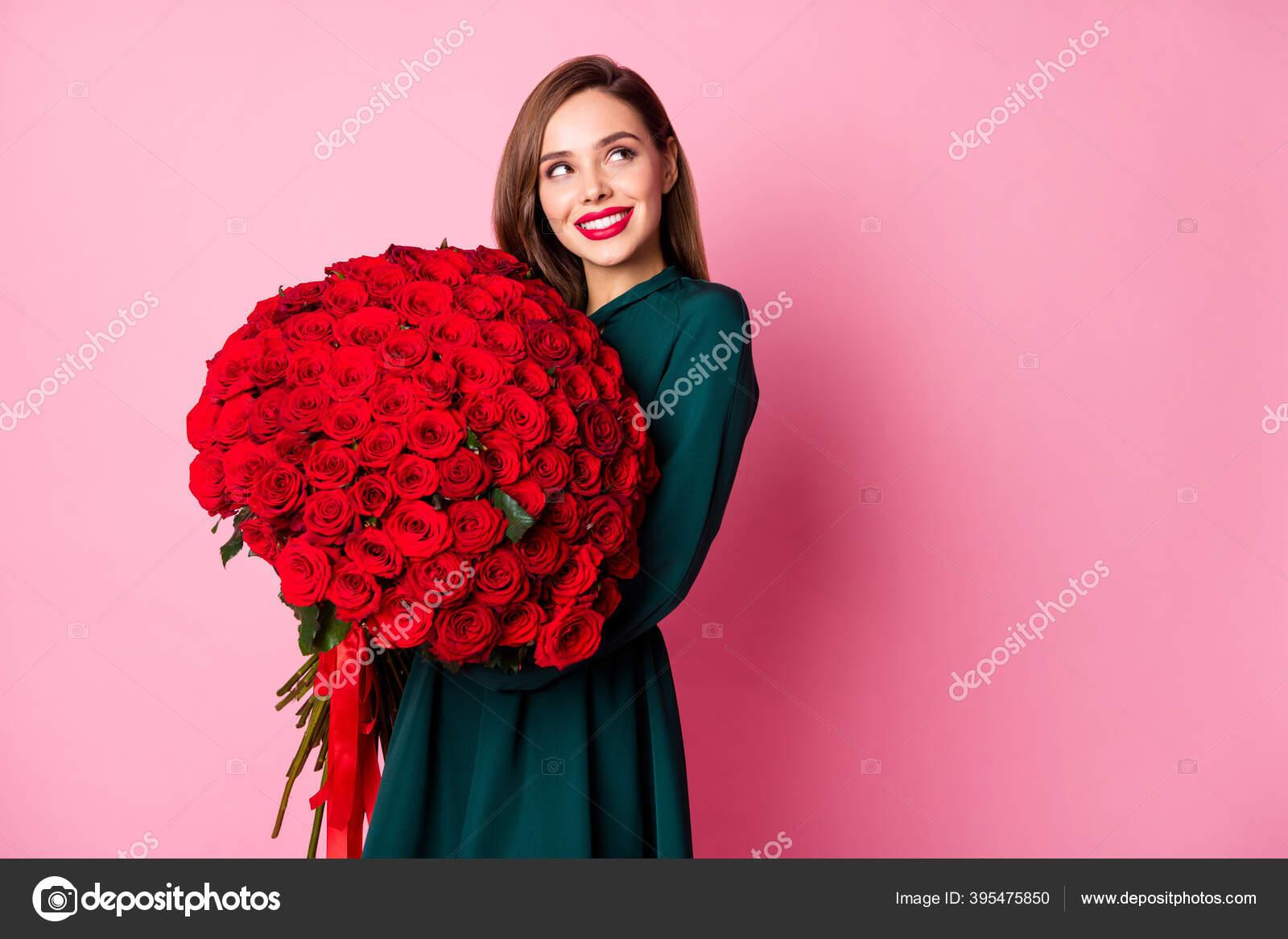 foto von attraktiven dame rot hell lippenstift halten große
