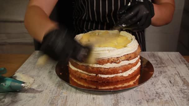Montáž matice banán dort vrstev, rozmazání s sirupem, používání krému máslo, náplň náplň, celý proces tvorby dort, stopáže