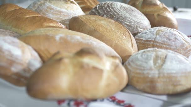 Frissen sült kenyeret a pékségben