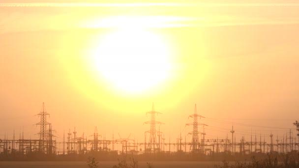 Nagyfeszültségű erőmű naplementekor