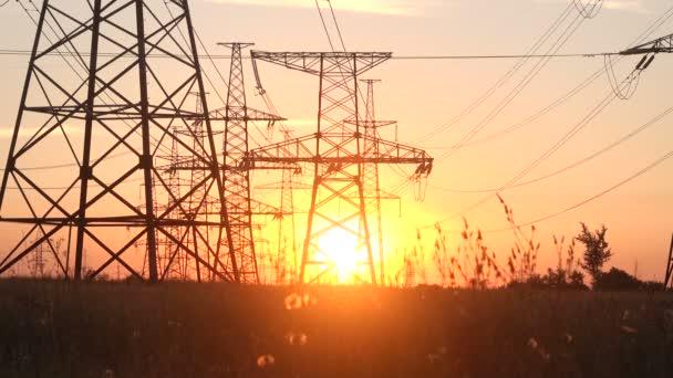 Hochspannungskraftwerk bei Sonnenuntergang