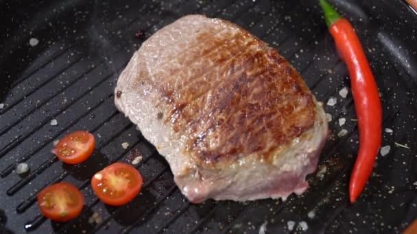 Vaření steak se zeleninou v pánvi. Zpomalený pohyb