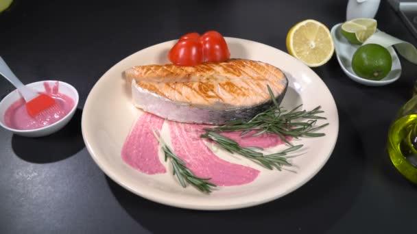 Zdobí deska s lososí steak s pórkem. Zpomalený pohyb 100f