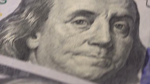 100 dolarové bankovky na stůl