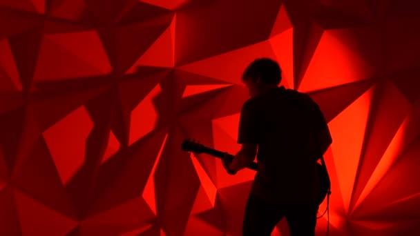 A zenész játszik a gitár
