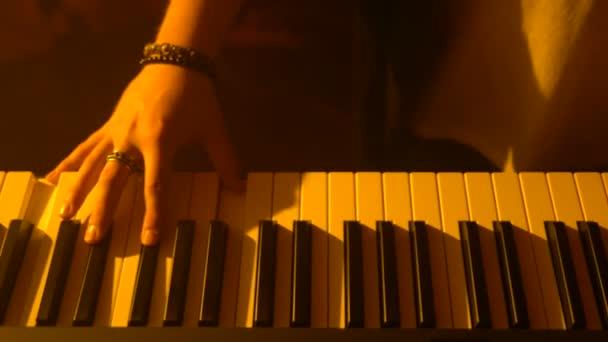 der Musiker spielt Keyboard