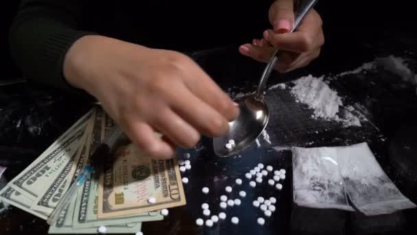 aus Pillen im Löffel ein Medikament herstellen