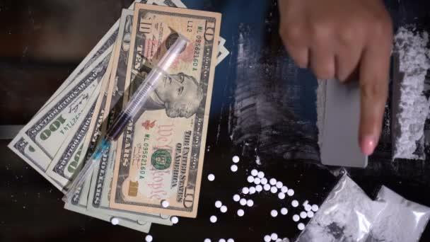 Bílý prášek na drogy na stole