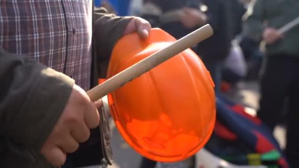 A tüntetők botokkal ütötték le a sisakot.