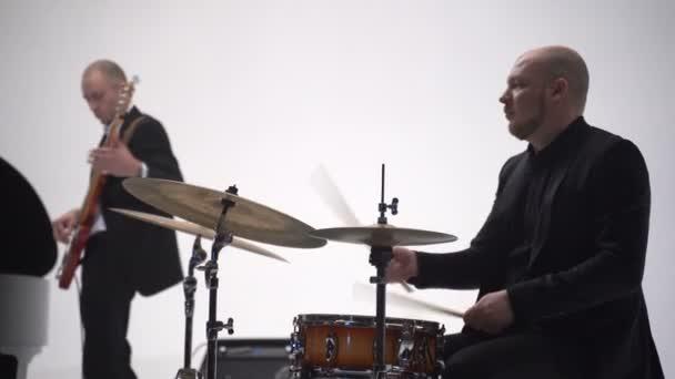 Jazz zenész dobol