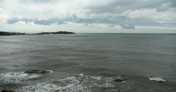 4 k šumivé oceánu vodní vlny hladinou  pobřežní skalní útes pobřeží cloud cloudscape