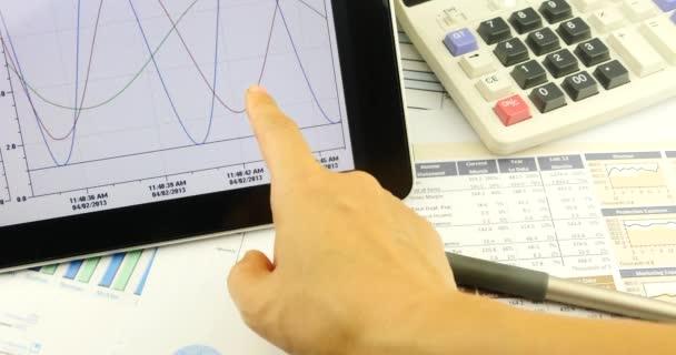 4k Geschäftsmann Arbeit auf dem Tablet mit Diagrammen, Finger berühren Finanz-Tortendiagramme.
