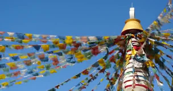 4 k bílé buddhistická stúpa  létající modlitební vlajky s modrá obloha pozadí, shangrila yunnan, Čína