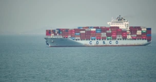 4 k rakomány konténer hajó az óceán.
