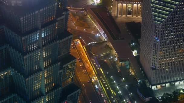 Letecký pohled na výškových budovách  městské dopravy v noci, čas zanikla.