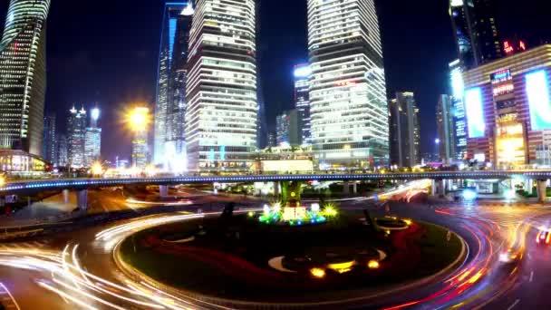 4k-časový výpadek, městská doprava v noci, budova na louku v Šanghaji.