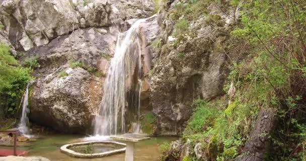 Vodopád v horách zblízka. Ve jarní době se na jaře zobrazí vodopád horských řek. Vodopádový říční výstup