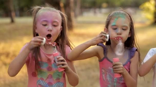 Děti se pobaví v rekreační park, vyfukování bublin. Dětské zábavy v parku za slunečného počasí. Dětské úsměvy, radost. Holi Festival