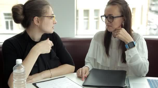 Dvě dívky obchodní podepsala smlouvu a podali si ruce. Podnikání, práce, smlouvy