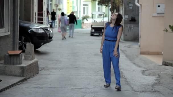 Mladá dívka v úzkých uličkách města moře