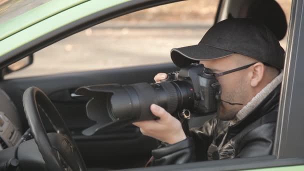 Ein Detektiv oder ein Spion führt Überwachung des Objekts der Überwachung. Ein Mann heimlich fotografieren aus dem Autofenster