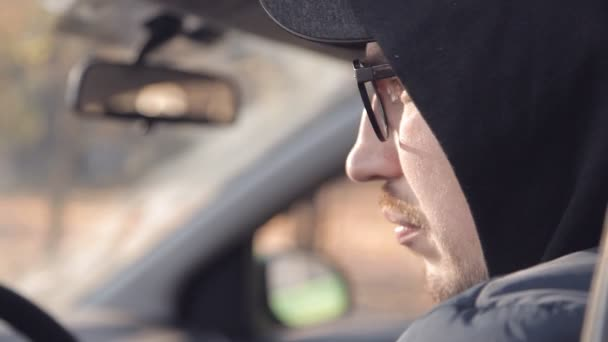 Ein Privatdetektiv oder Spion überwacht das Überwachungsobjekt. ein Mann macht heimlich Fotos aus dem Autofenster