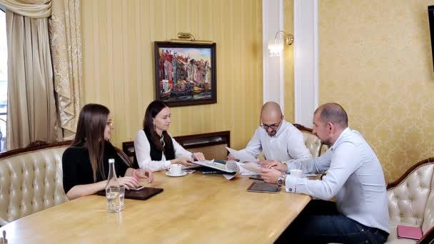 Firmenkundengeschäft Teamarbeit im Büro treffen. Zusammenarbeit, wachsende, Erfolgskonzept mit chart