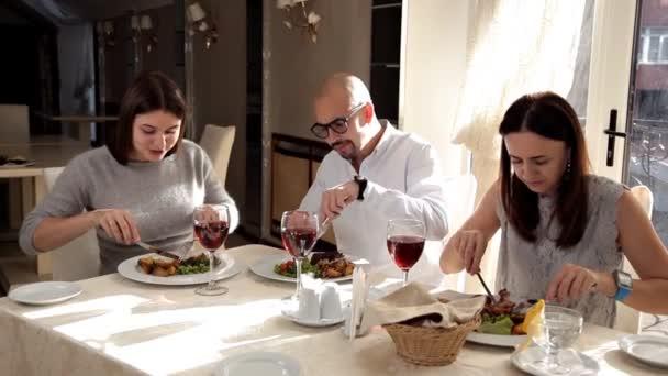 Je to skupina lidí, kteří jsou šťastní. Smát se a oslavu přátelství, pít víno a jíst