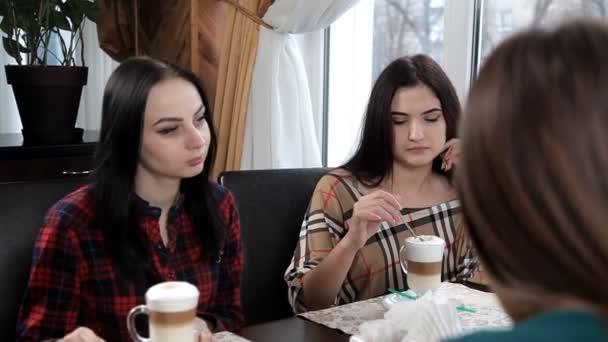 négy lány egy kávézó, nevetve, és beszél egy tejeskávét vagy a kávé italt. Bachelorette party, a kávé. Kávészünet