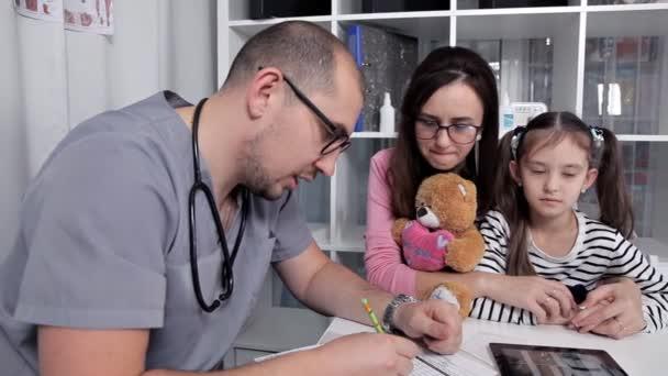 Nach der Untersuchung des Kindes verschreibt der Arzt Medikamente und notwendige Tests