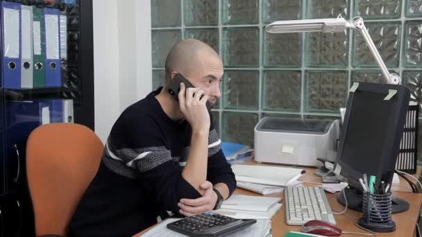 muži, kteří pracují v kanceláři na pracovišti. příliš mnoho práce