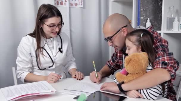 Vater und Tochter kamen zum Arzt. Der Arzt spricht Empfehlungen aus. Behandlung