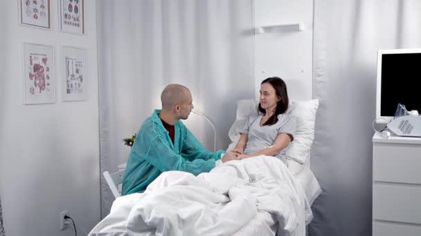férje látogató felesége a kórházban