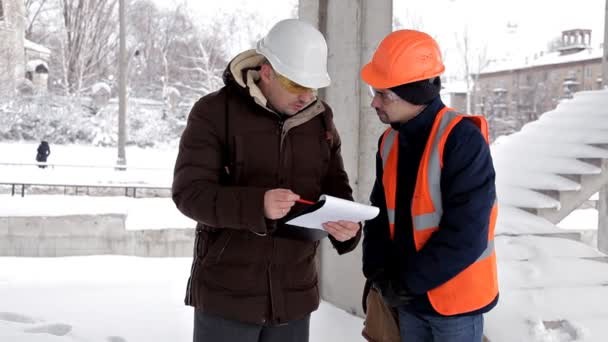 Zákazník, obchodní příručí, popisuje stavbu své nové obchodní centrum s architektem a inženýrem. Plán práce