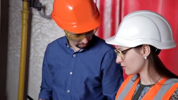 Průmyslové inženýry pracující ve zpracovatelském zařízení
