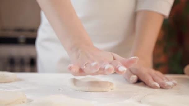 Egy lány teszi a kis palacsinta tészta sütés