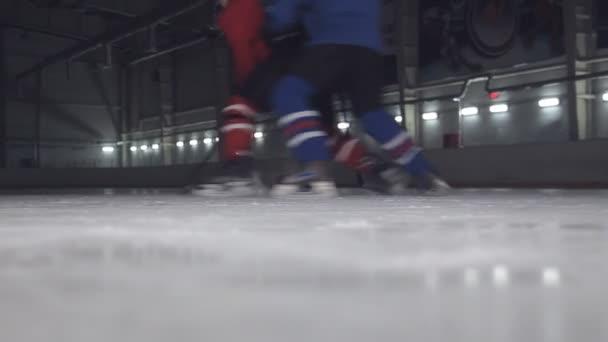 vpřed proti Skaary u soudu na hokej. Obránce není povoleno projít na bránu útočník
