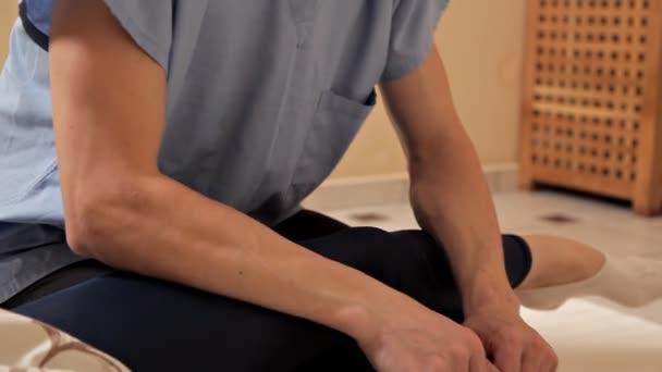 Physiotherapie.eine Frau bekommt eine Fußmassage im Wellness-Center, close-up.modern Rehabilitation Physiotherapie