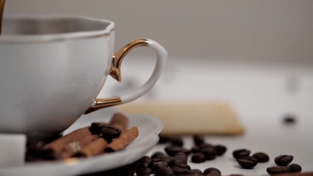 Egy Womans kéz vesz egy csésze kávét közelről. Kávébab és fahéj