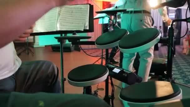 Egy hangszercsoportban játszó férfi, élő előadás. Dobos a színpadon. Közeli