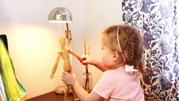 Ein kleines Mädchen a spielt mit Holzpuppe