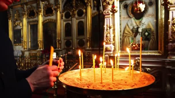 Elets, Ruská federace - 2 dubna 2018: Muž zhasne svíce v kostele
