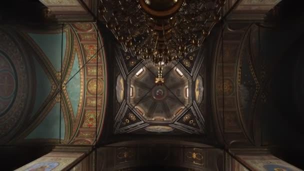 Elets, Ruská federace - 2. dubna 2018: Kostelní strop v křesťanské církvi. Natáčení videa v chrámu.