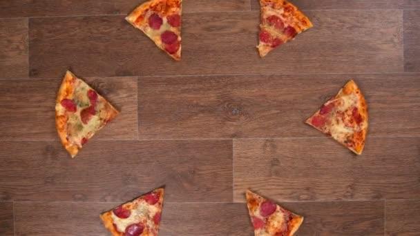 Kousky pizzy jsou odděleny a přemístěny v různých směrech a pak sbírány, zastavit animaci