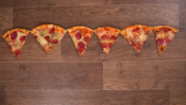 Kousky pizzy jsou odděleny a obložené, zastavit animaci