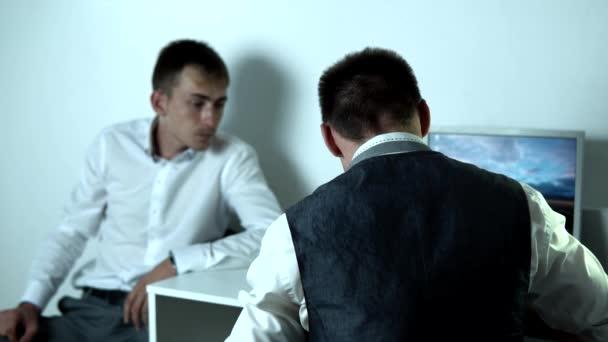 Detektiv verhört Verdächtigen, schreibt dann eine Notiz und gibt sie ihm
