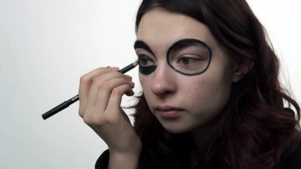 Frau lässt sich zum Weihnachtsfest traditionell schminken
